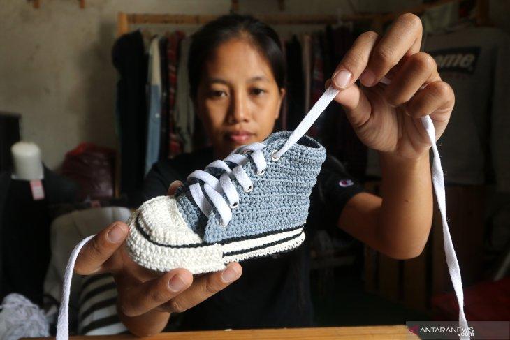 Kerajinan sepatu rajut balita