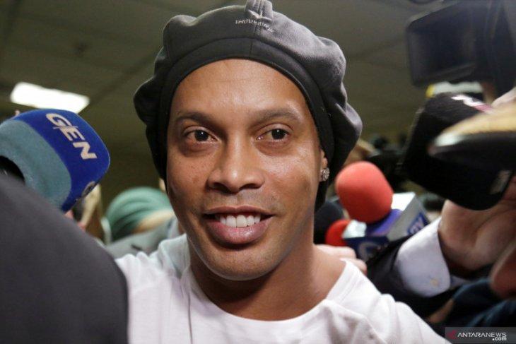 Baru bebas dari penjara akibat paspor palsu, Ronaldinho langsung gelar pesta dengan model