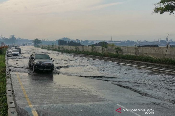 Tol Padaleunyi km 130 banjir, jalan tergenang sehingga arus lalu lintas tercegat dan terpaksa dialihkan