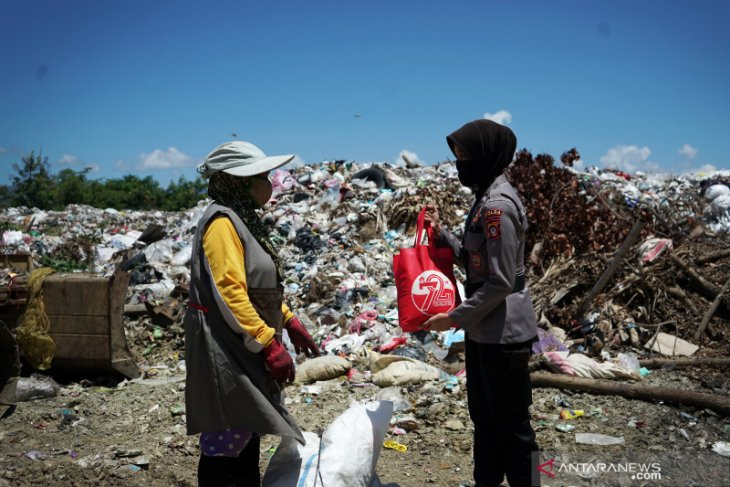 Polwan Polda Gorontalo serahkan bantuan bagi pemulung
