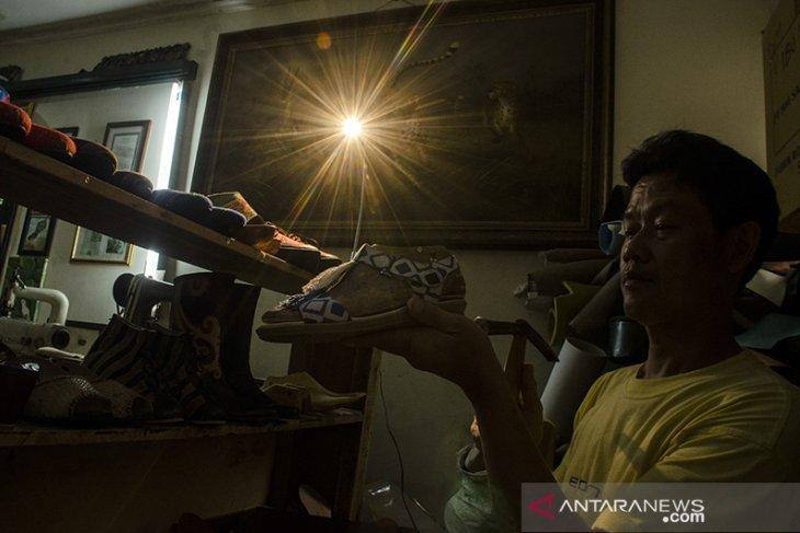 Produksi sepatu berbahan kain etnik
