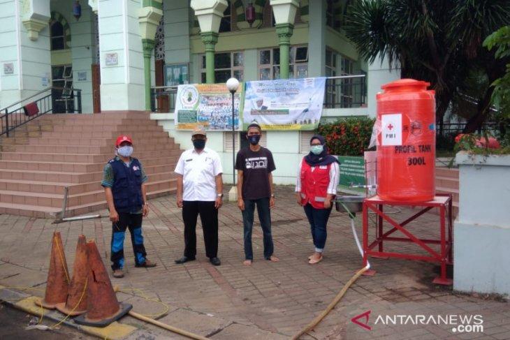 PMI Kota Tangerang salurkan bantuan tempat cuci tangan portabel ke mesjid