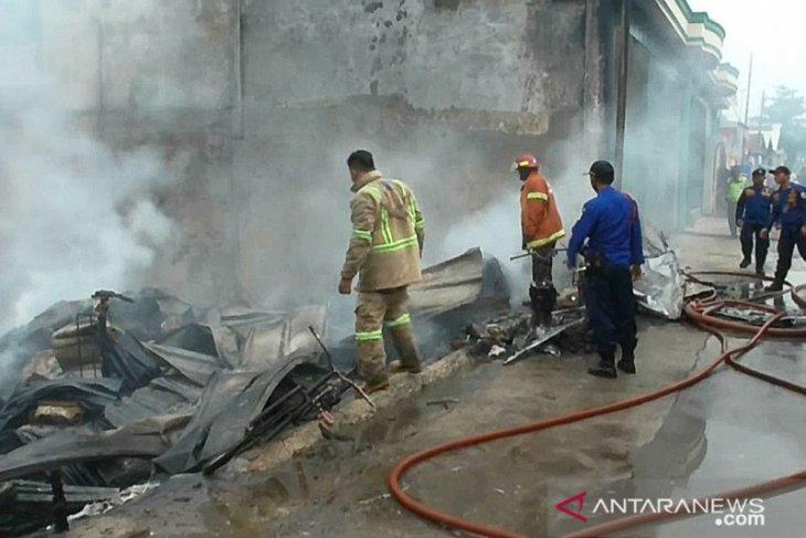 Kebakaran hangusksn gudang limbah di Bekasi berhasil dipadamkan kurang dari sejam