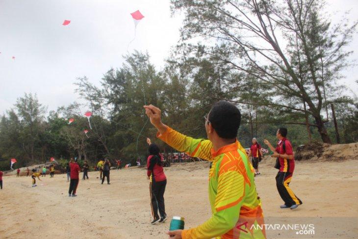 99 layang-layang merah putih meriahkan HUT RI di Pantai Mentok