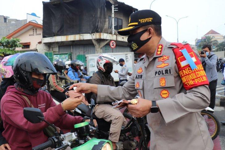 Kapolres Depok bagikan masker kepada pengendara