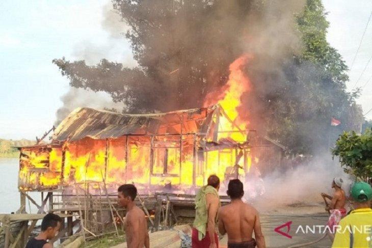 Anak lelaki lolos dari kobaran api setelah melompat dari jendela rumahnya yang terbakar di Londrang Muarojambi