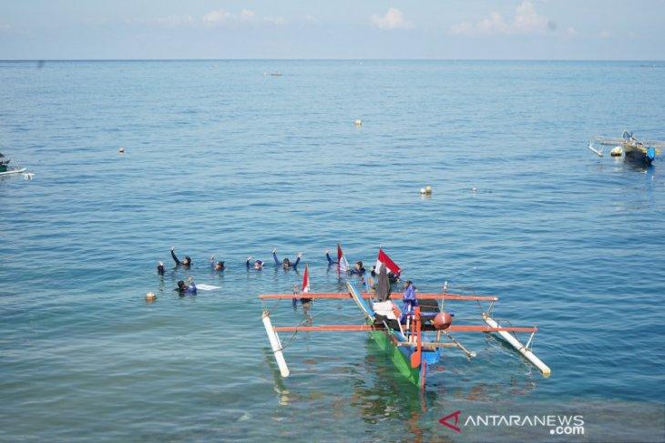 20 penyelam bentangkan bendera Merah Putih di bawah laut