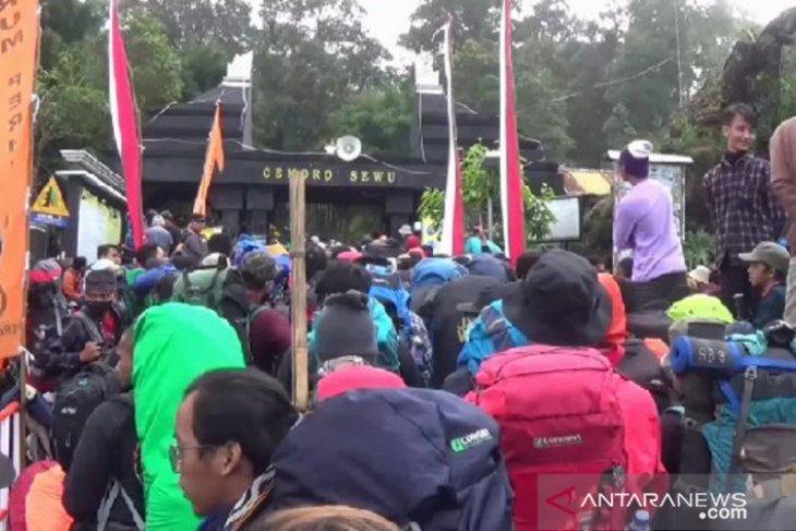 Peringati Kemerdekaan, ribuan pendaki kibarkan Merah Putih di Puncak Lawu