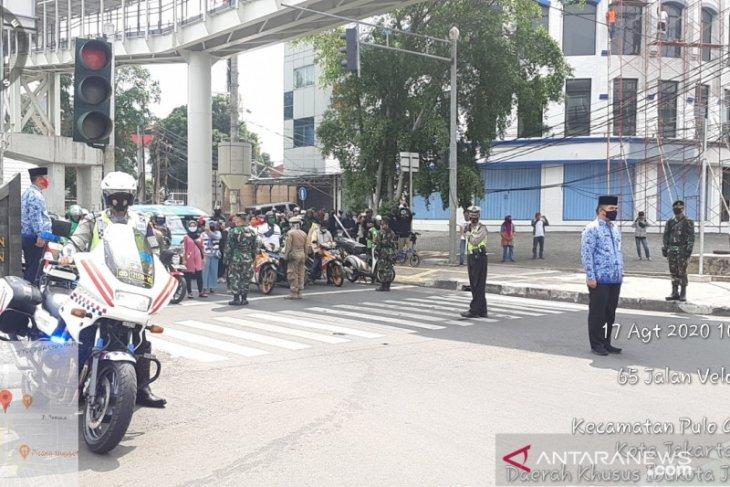 Aparat gabungan menghentikan kendaraan di jalan umum untuk heningkan cipta
