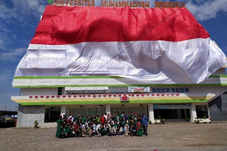 Mahasiswa UM Bengkulu kibarkan kain merah putih raksasa