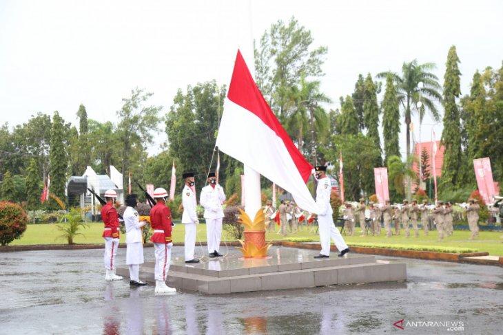 Diiringi guyuran hujan deras, upacara Hari Kemerdekaan ke-75 RI tetap hikmat