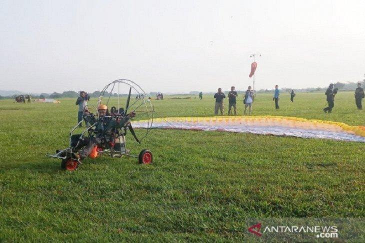 Masuk MURI, delapan pilot paramotor kibarkan Merah Putih dengan ketinggian  2.020 meter di Bogor
