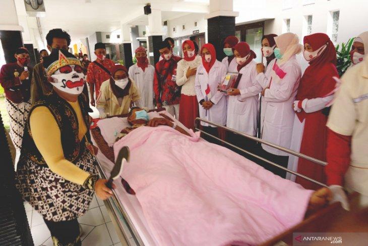 RSUD Tulungagung rayakan HUT Kemerdekaan dengan membagikan ribuan masker merah putih