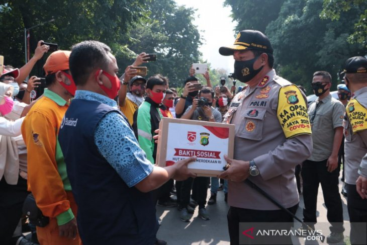 Jakarta police again hand out 15,000 staple food packages