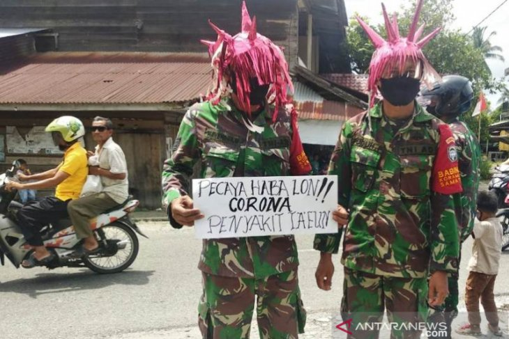 Babinsa TNI menyamar jadi 'virus corona' sadarkan warga.untuk bermasker