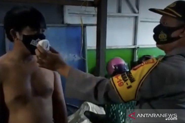 Pedagang  yang bandel tidak masker dikenai sanksi, mereka wajib menghapal teks Pancasila