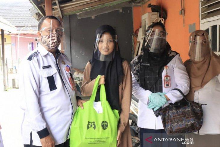 DKP3A Kaltim serahkan bantuan kebutuhan perempuan dan anak terdampak COVID-19