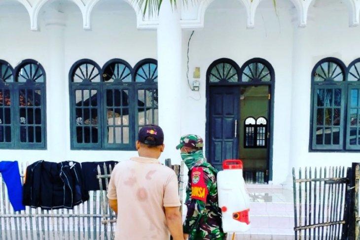 Babinsa Kodim 0602/Serang lakukan penyemprotan disinfektan di Masjid Pontang