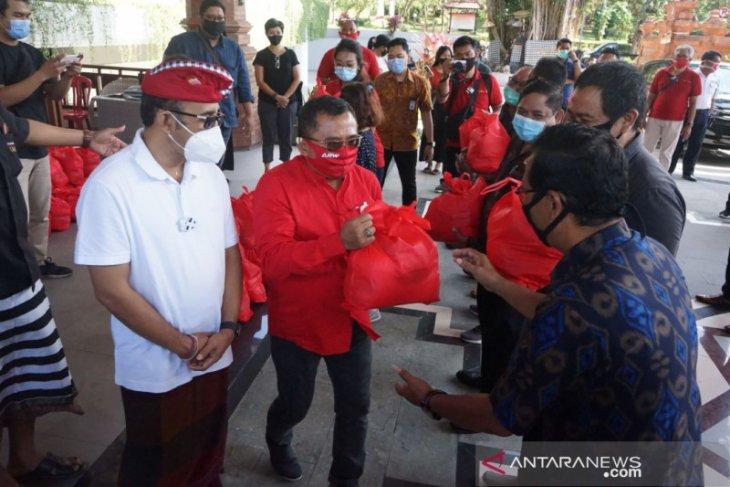 Anggota DPR berikan paket sembako ke petugas COVID-19