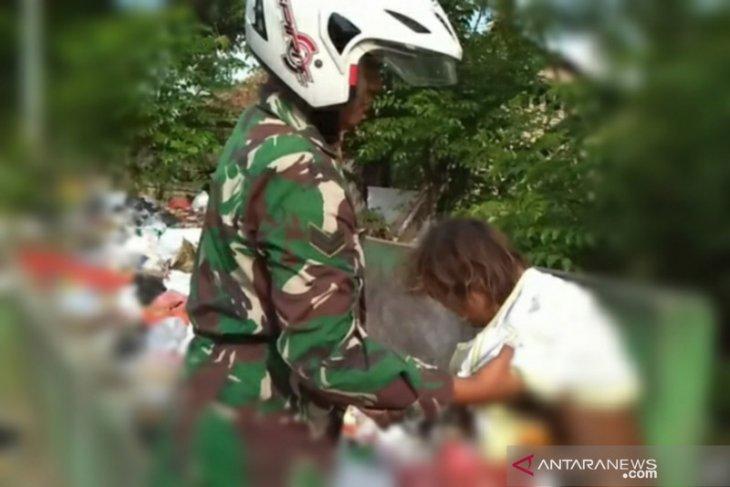 Kepedulian Babinsa Kodim 0602/Serang Pakaikan Baju ODMK