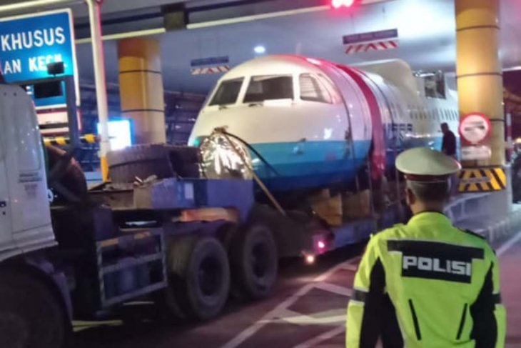 Truk pengangkut pesawat N250 tersendat di Gerbang Tol