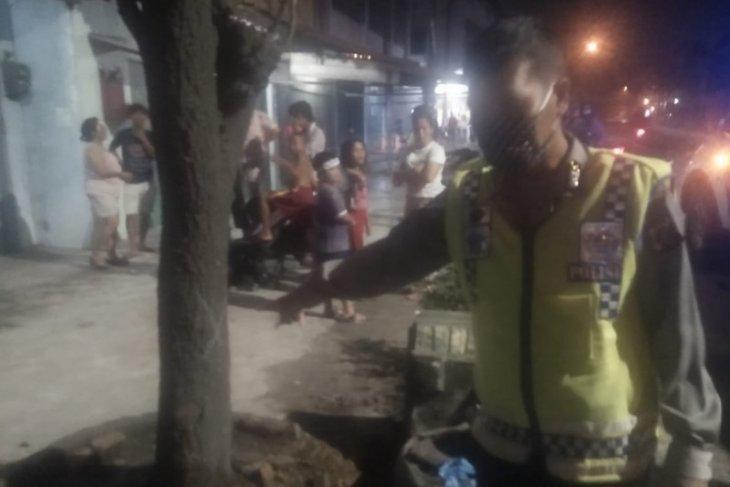 Motor bebek tabrak pohon dalam kecepatan tinggi, pengemudi tewas dan 2 perempuan yang dibonceng luka parah