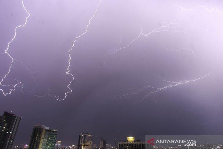 BMKG rilis peringatan dini hujan lebat disertai petir-angin kencang