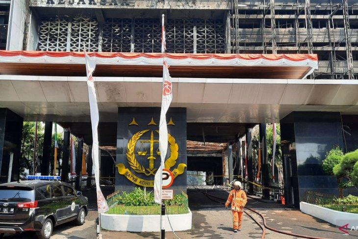 Damkar masih menyisir bara api di Kantor Kejaksaan Agung