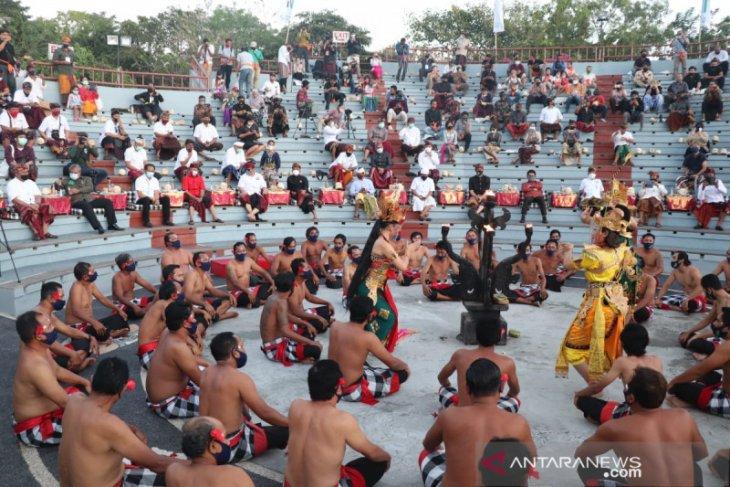 Protokol kesehatan diterapkan pada pentas Tari Kecak di Uluwatu