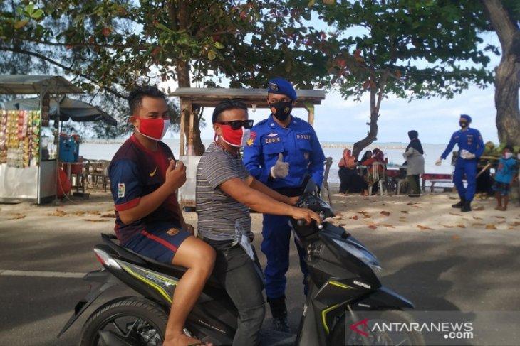 Polair Polda Babel bagikan masker merah putih di objek wisata pantai