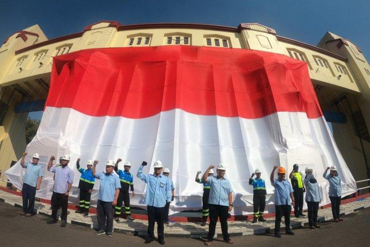 Peringati HUT RI, Jasa Tirta I bentangkan bendera raksasa di Pintu Air Jagir