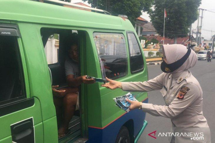 Polres Subang bagi-bagi masker kepada masyarakat