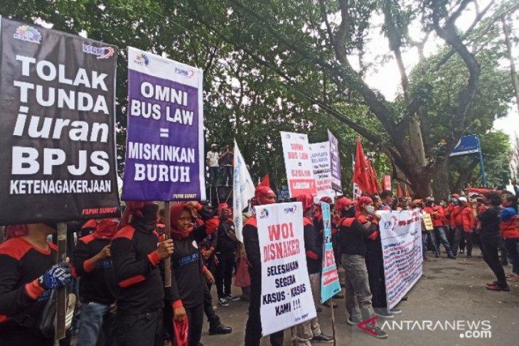 Ratusan buruh demo di DPRD Sumut tolak RUU Omnibus Law