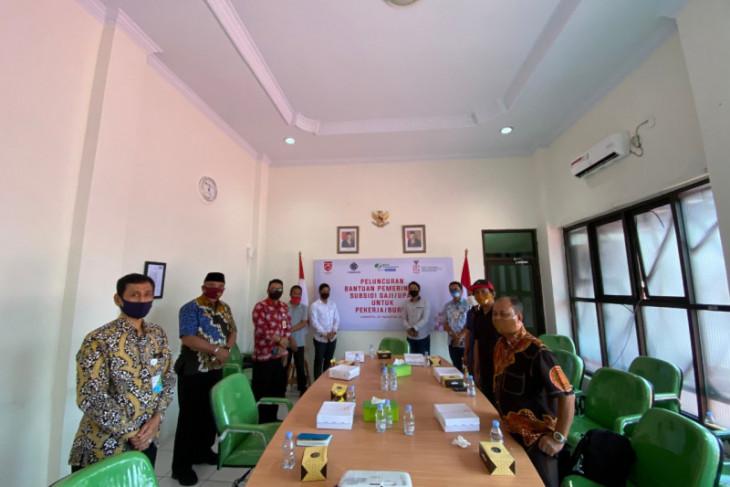 Jokowi Serahkan BSU Kepada Pekerja Peserta BPJAMSOSTEK