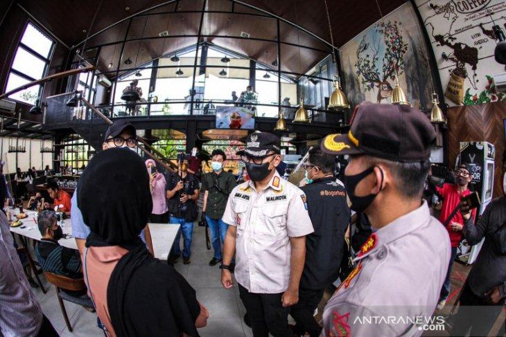 Wali Kota Bogor pantau tempat usaha pada hari pertama penerapan PSBMK (Video)