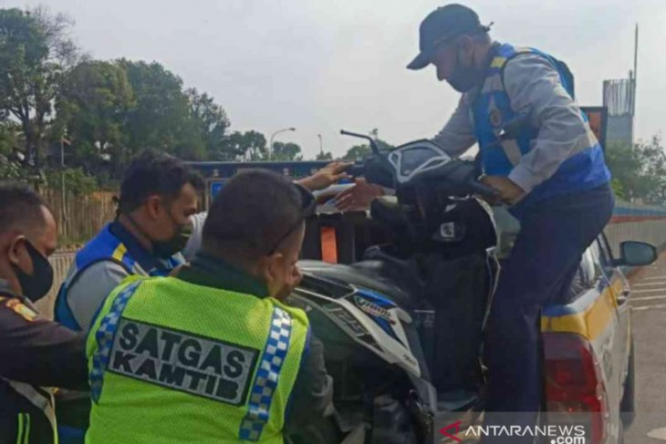 Tiga remaja puteri diamankan karena nekat masuk Tol Japek dengan sepeda motor