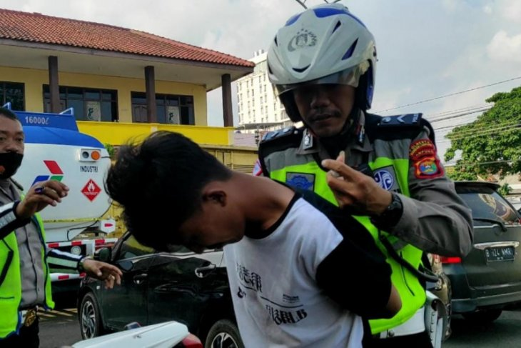 Polisi tangkap pengendara motor diduga pengedar sabu