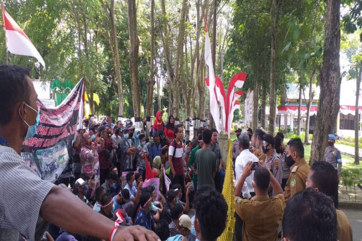 100 warga unjukrasa minta aparat hukum periksa Kadis PUPR Langkat