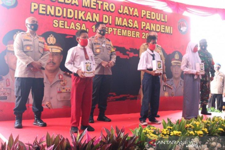 Polda Metro Jaya bagikan 1.500 modem gratis kepada pelajar di Jakarta