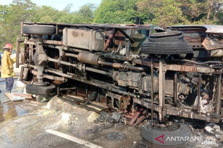 Truk bahan kimia terguling dan terbakar di Tol Jagorawi berhasil dipadamkan