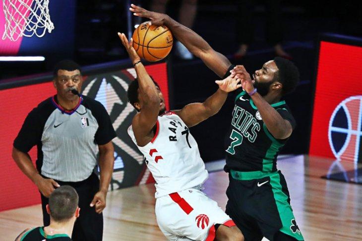 Boston Celtics unggul 2-0 atas Toronto Raptors usai menang 102-99