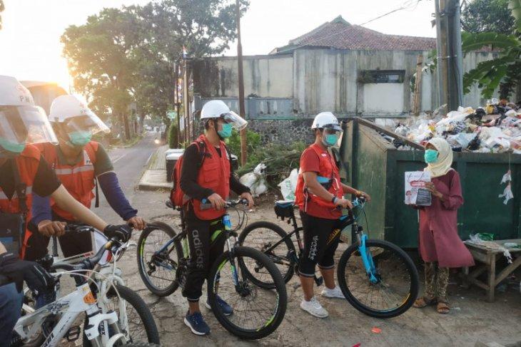 Relawan PMI bersepeda keliling Kota Sukabumi bagikan paket alat kebersihan