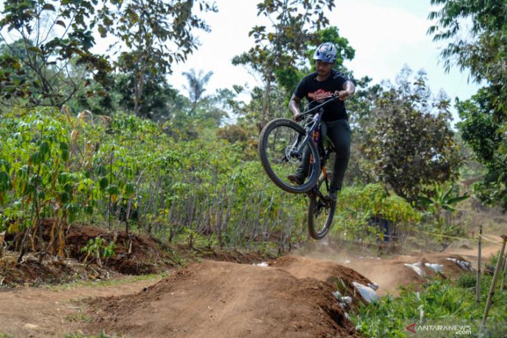 Tim Downhill Indonesia berlatih di lereng Gunung Merapi