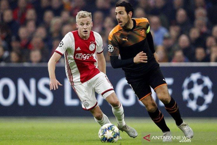 Manchester United resmi boyong Van de Beek dari Ajax