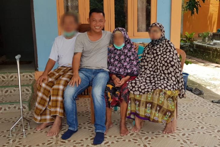 Seorang pria di Badau nekad foto bersama dengan pasien COVID - 19