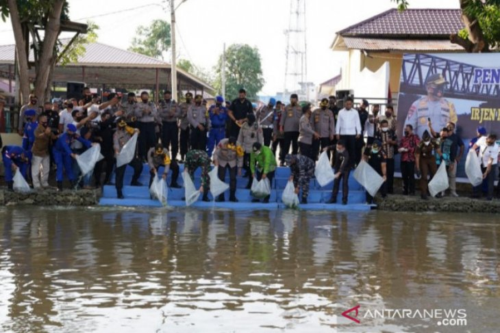 Kapolda tabur 40.000 benih ikan di Tanjungbalai