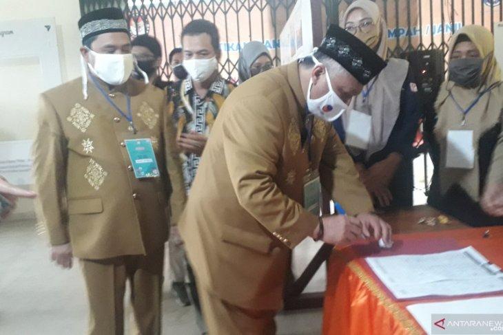 Sukirman-Bong Ming Ming mendaftar calon peserta Pilkada Bangka Barat