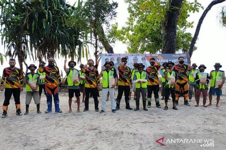Polres Bangka Barat bersama Pokdarwis gelar bersih pantai