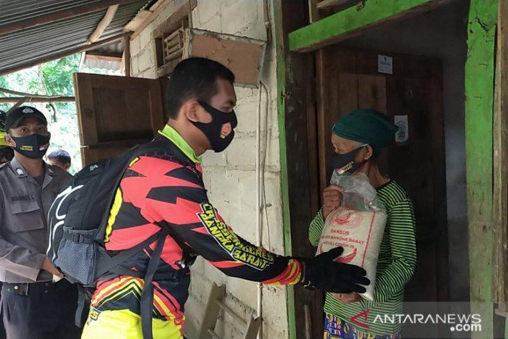 Polres Bangka Barat salurkan bantuan sembako di dua kecamatan