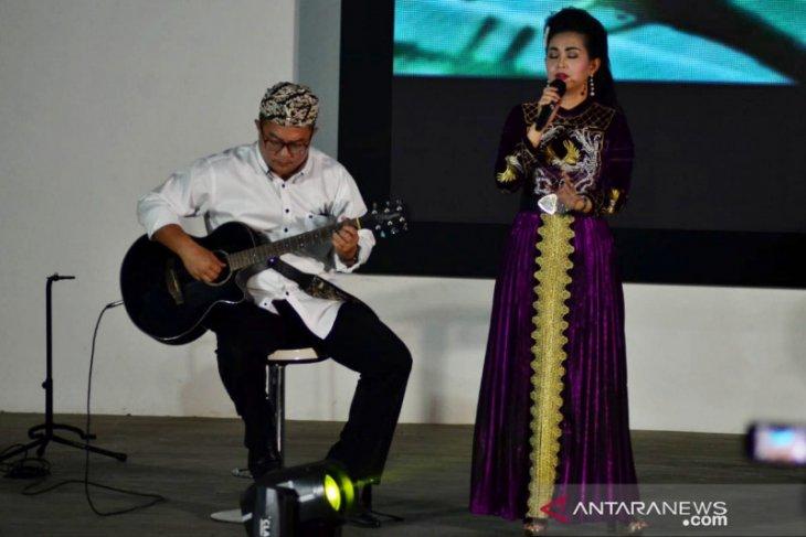Ratna Listy duet dengan Rektor IPB pada